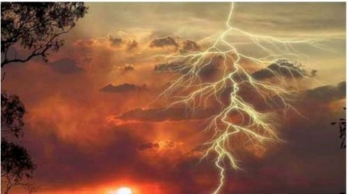 雷暴发生时在防雷设施建筑物附近,应注意